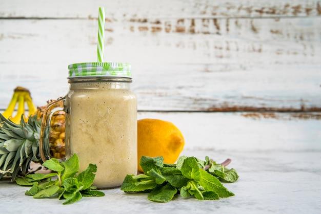 Ainda vida de um smoothie de verão saboroso Foto gratuita
