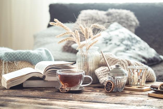 Ainda vida detalhes do interior da casa em uma mesa de madeira com uma xícara de chá Foto Premium