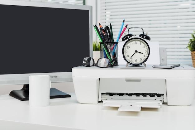 Ainda vida do local de trabalho do escritório elegante moderno com impressora Foto Premium