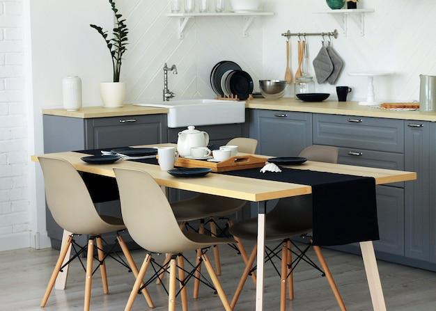 Ainda vida interior vista da sala de jantar e cozinha, mobiliário elegante. Foto Premium