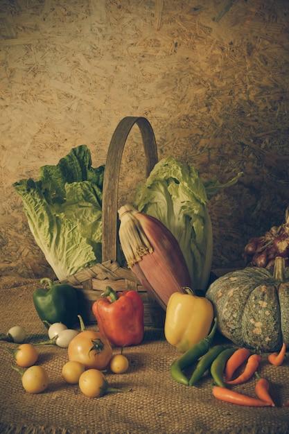 Ainda vida legumes, ervas e frutas Foto Premium