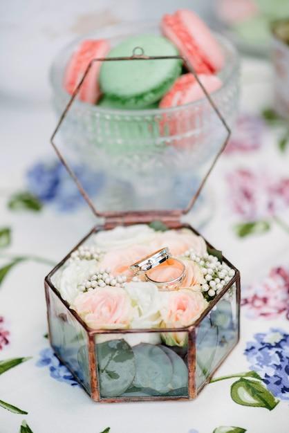 Ainda vida noivas de manhã, prato com xícara de chá, taça de champanhe, alianças e buquê de flores Foto Premium