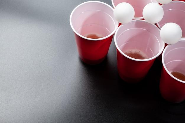 Ainda vida tiro de um jogo de pong de cerveja Foto Premium