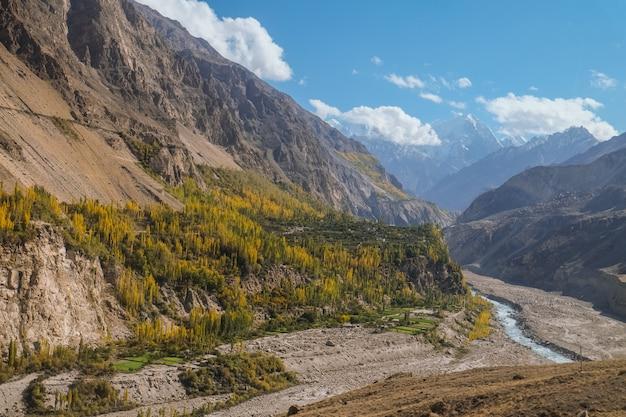 Ajardine a vista das montanhas e do rio de hunza no outono. vista da estrada de karakoram, gilgit baltistan. Foto Premium