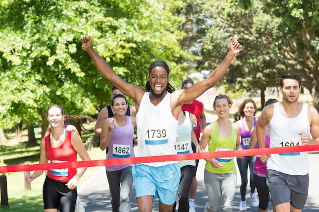 Ajude as pessoas correndo corrida no parque Foto Premium