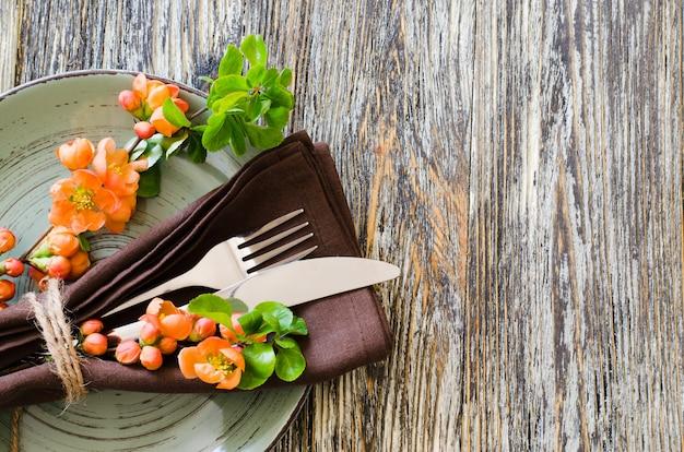 Ajuste da tabela do vintage com as flores delicadas na tabela gasto rústica. Foto Premium