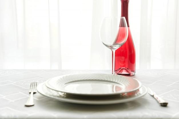 Ajuste de lugar da tabela do dia de valentim com champanhe vermelho. espaço para texto. convite para data. Foto Premium
