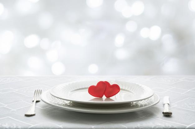 Ajuste de lugar da tabela do dia de valentim com dois corações. espaço para texto. convite para uma data. Foto Premium