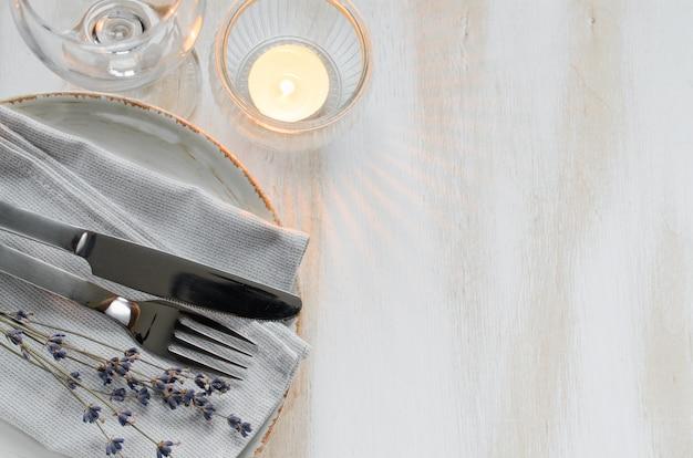 Ajuste festivo da tabela com velas e alfazema. Foto Premium