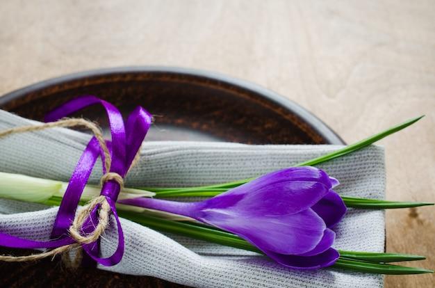 Ajuste festivo da tabela da mola com flor fresca. Foto Premium