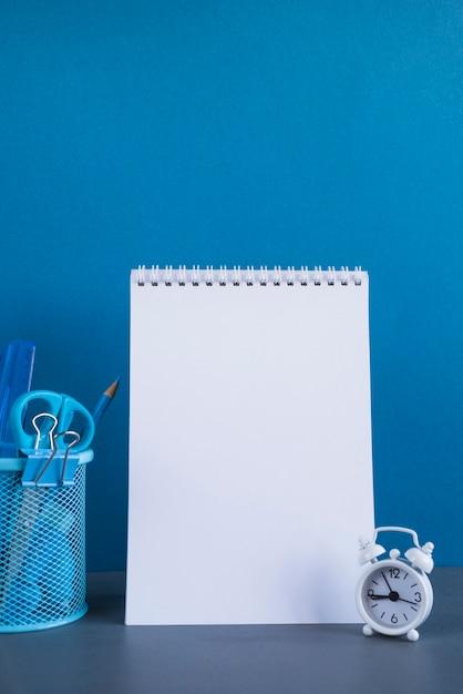 Álbum de desenho em branco e papelaria na mesa Foto gratuita