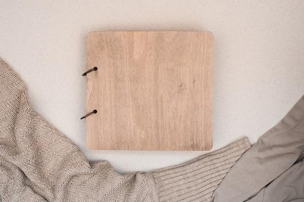 Álbum de família com capa de madeira. copie o espaço. conceito de outono. café Foto Premium