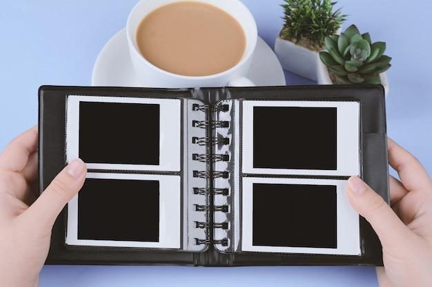 Álbum de fotos com fotos instantâneas em branco Foto Premium