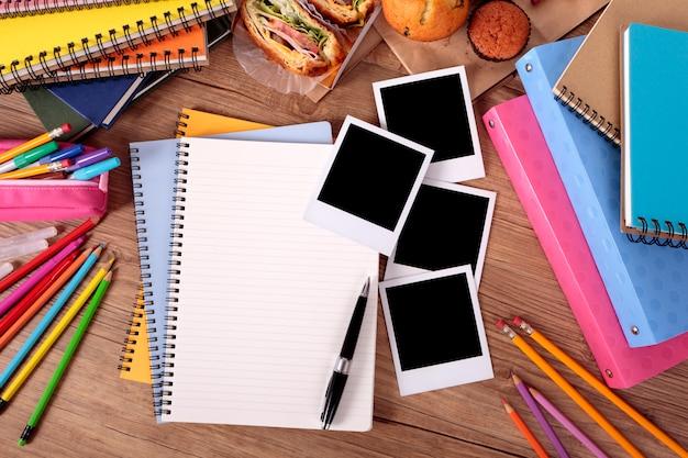 Álbum de fotos na mesa da faculdade Foto gratuita
