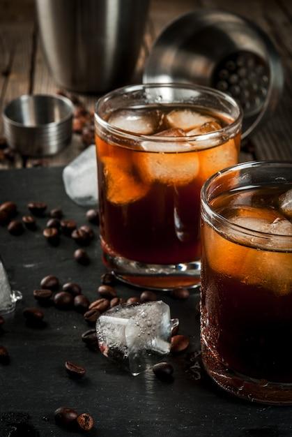 Álcool. bebidas, boozy preto russo cocktail com vodka e licor de café na mesa de madeira rústica. Foto Premium