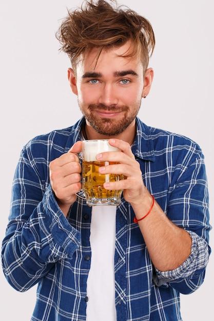Álcool. cara de camisa azul com cerveja Foto gratuita