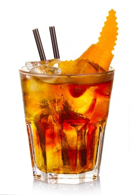 Álcool de manhatten cocktail com casca de fruta laranja isolado Foto Premium