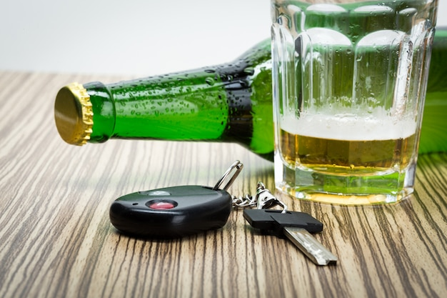 Álcool e chaves do carro Foto Premium