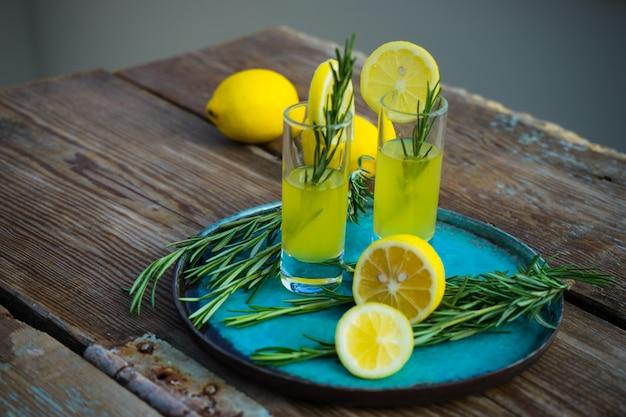 Álcool italiano tradicional bebida limoncello Foto Premium