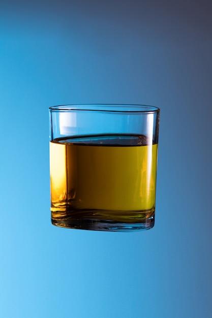 Álcool, licor, uísque, causa, de, acidente, respingo, em, claro vidro, noturna, vida, partido, bebida, não, conduzir Foto Premium
