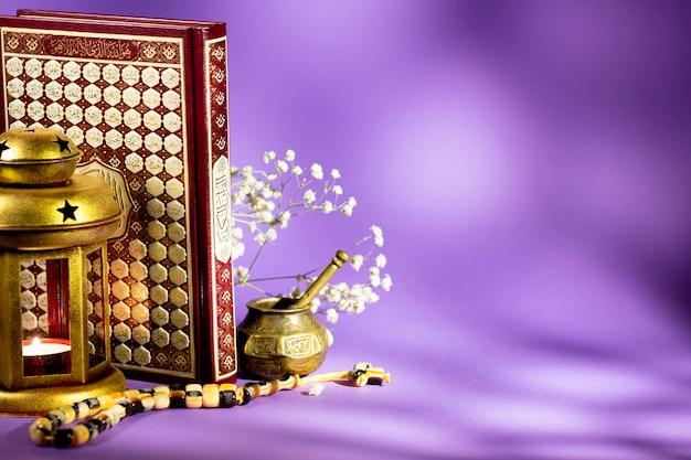 Alcorão com lanterna e tasbih Foto gratuita