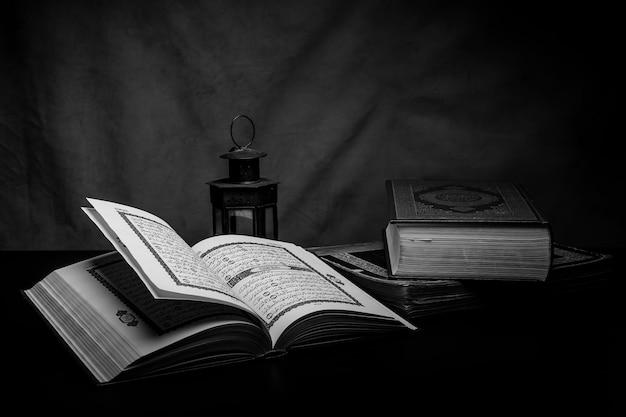 Alcorão - livro sagrado dos muçulmanos em cima da mesa, ainda vida Foto Premium