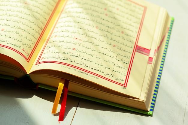 Alcorão - livro sagrado dos muçulmanos Foto Premium