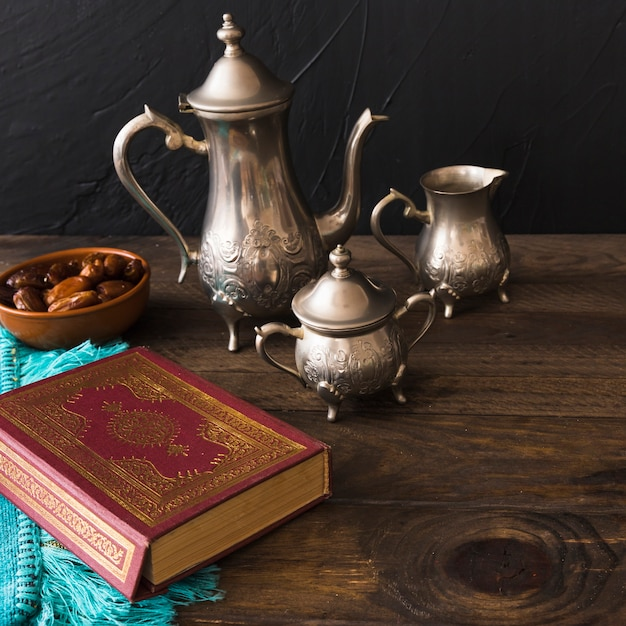 Alcorão perto de datas e jogo de chá Foto gratuita
