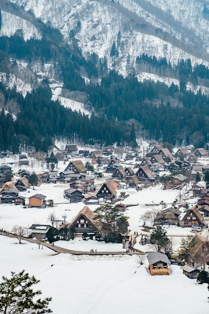Aldeia de neve em shirakawago, japão Foto gratuita