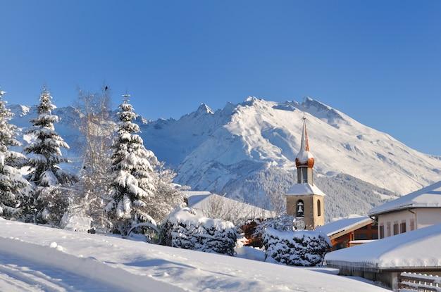 Aldeia de neve na montanha Foto Premium
