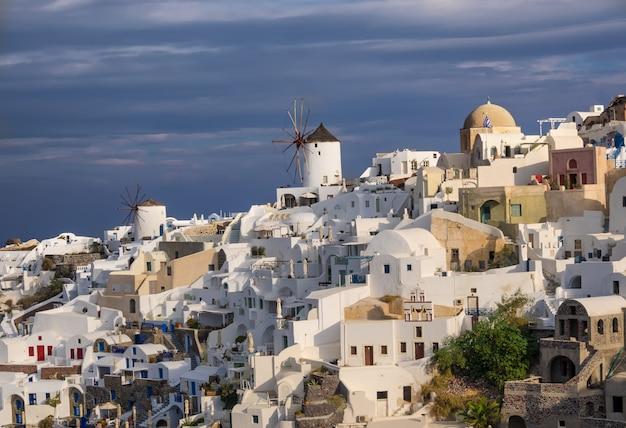 Aldeia de oia na ilha de santorini, grécia Foto Premium
