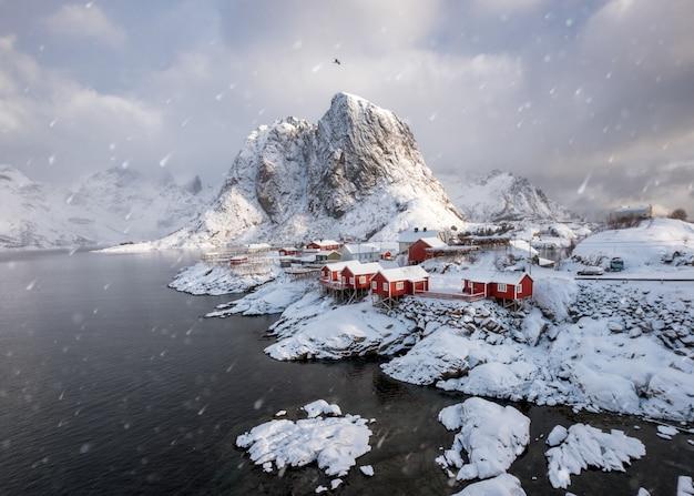 Aldeia de pescadores escandinavos na neve no litoral em hamnoy Foto Premium