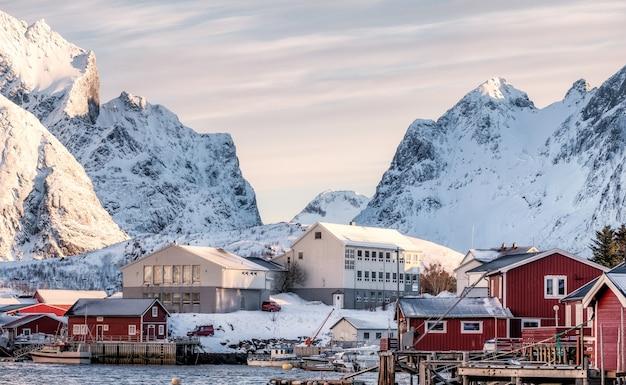 Aldeia escandinava no vale nevado na manhã do nascer do sol Foto Premium