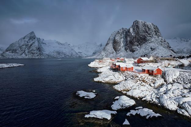 Aldeia piscatória de hamnoy nas ilhas lofoten, noruega Foto Premium