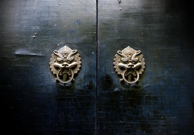 Aldrava de arquitetura antiga oriental Foto Premium