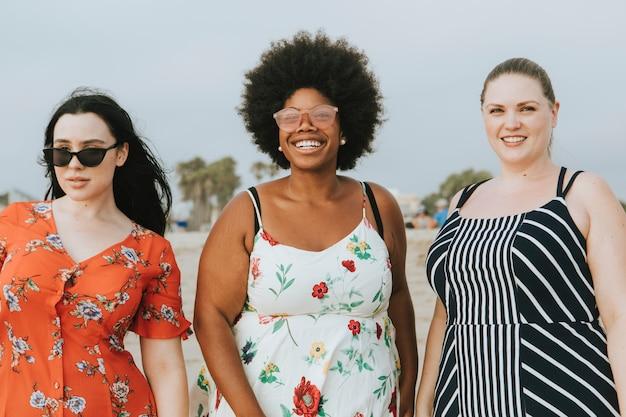 Alegre diversificada plus size mulheres na praia Foto Premium