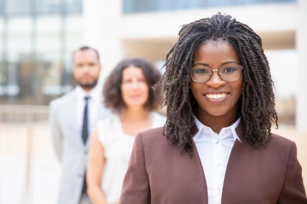 Alegre jovem empresária afro-americana Foto gratuita