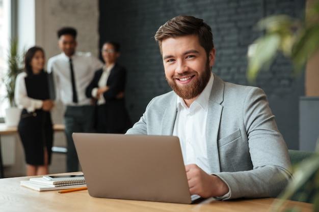 Alegre jovem empresário caucasiano Foto gratuita