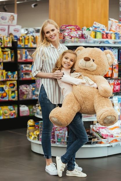 Alegre mãe e filha com brinquedo Foto gratuita