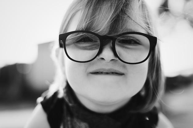 Alegre menina bonita com óculos Foto gratuita