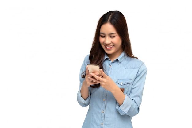 Alegre mulher asiática jovem usando smartphone e recebendo boas notícias da mensagem no aplicativo de bate-papo móvel Foto Premium