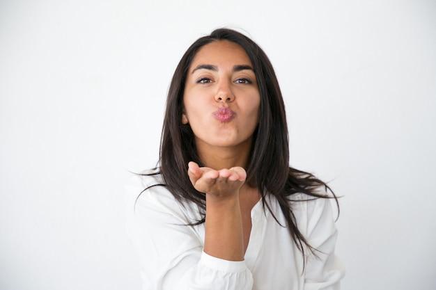 Alegre mulher bonita mandando beijo de ar em Foto gratuita