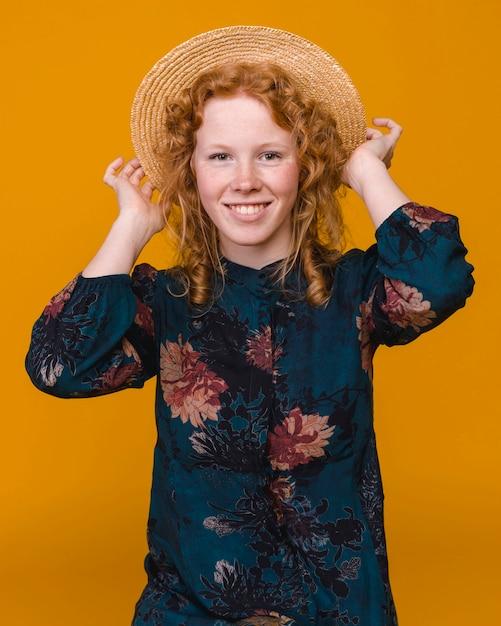 Alegre mulher com cabelo ruivo em estúdio com fundo colorido Foto gratuita