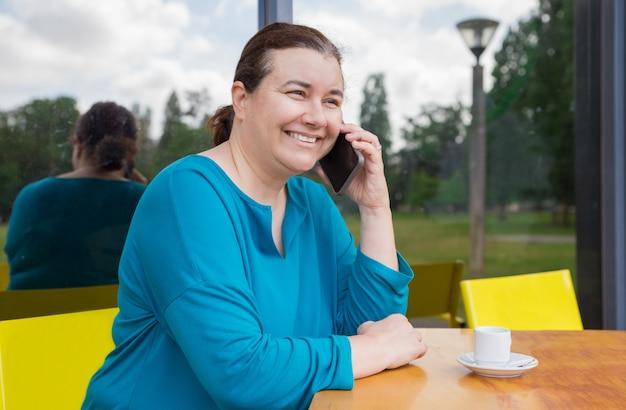 Alegre, satisfeito, mulher, desfrutando, telefone, conversa Foto gratuita