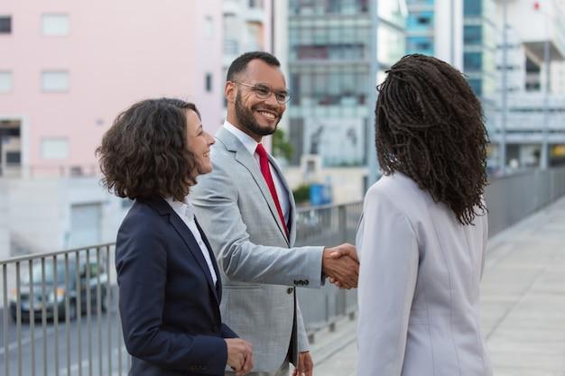 Alegres parceiros satisfeitos, terminando a reunião Foto gratuita