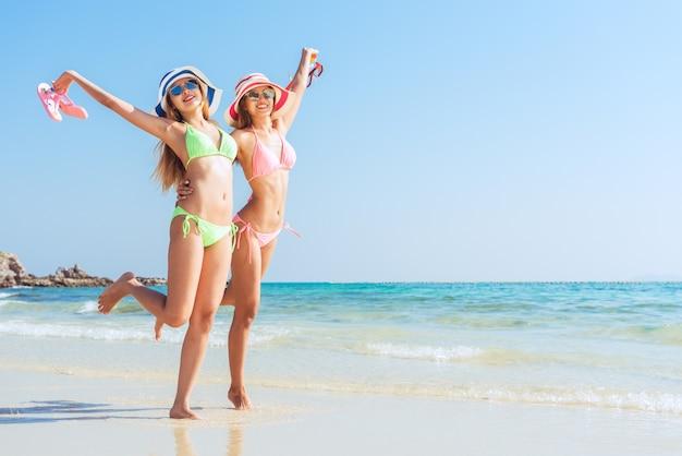 Alegria férias areia biquíni sol Foto gratuita