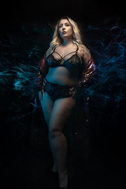 Além de modelo de tamanho em lingerie preta. Foto Premium