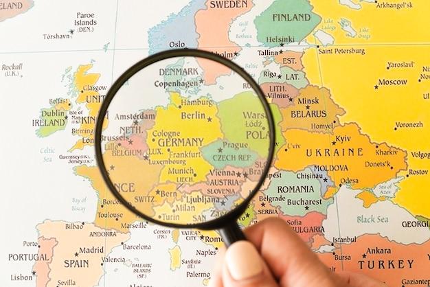 Alemanha mostrou no mapa ajudado pela lupa Foto gratuita