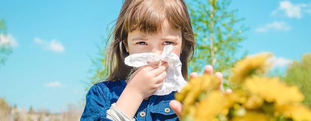 Alergia sazonal em uma criança. coryza foco seletivo. Foto Premium