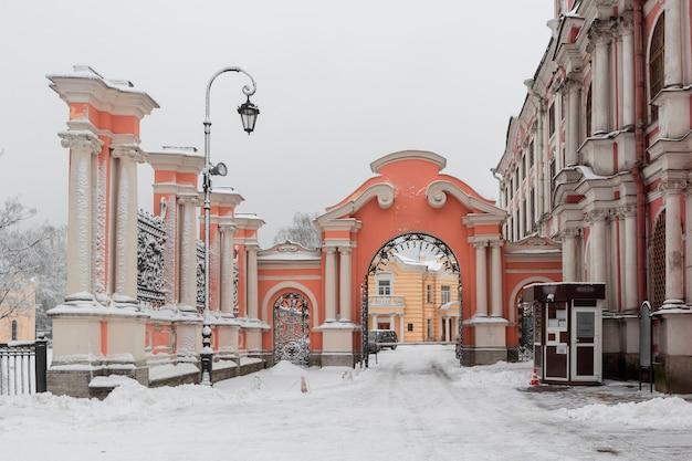 Alexander nevsky lavra e mosteiro no dia de inverno neve gelada, são petersburgo, rússia Foto Premium